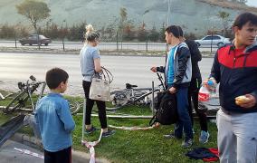 Otomobil Yol Kenarında Oturan Çocuklara Çarptı