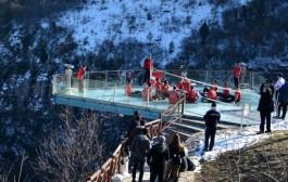 Kanyon Üzerindeki Cam Terasta Voleybol Oynadılar