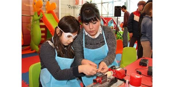 Çocuklar kendi oyuncaklarını yapıyor