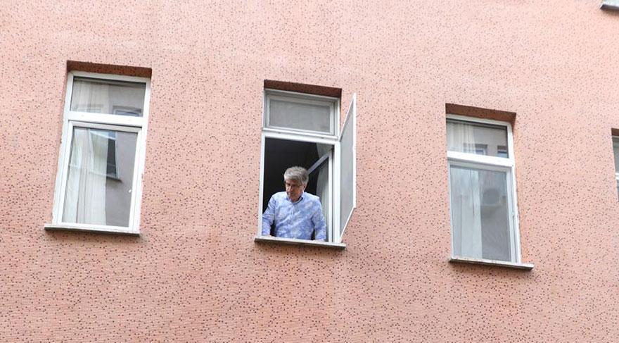 Bebeğini camdan düşürdü, arkasından atladı