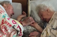 100 yaşındaki adam son dakikalarını yaşayan eşini bir an olsun bırakmadı
